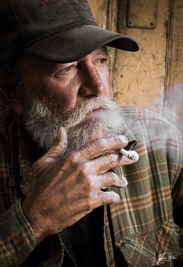 portrait-street-man-smoking