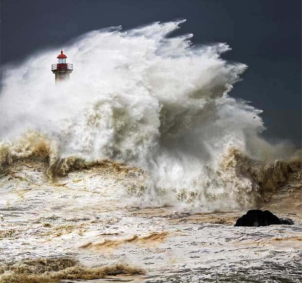 Lighthouse-wave